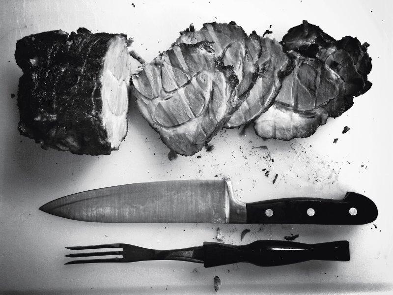 Fleisch schneiden vor dem elektrischen Fleischwolf