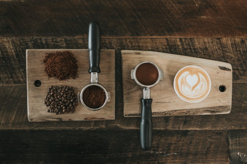 Mit Feinwaagen das Abwiegen von Kaffee