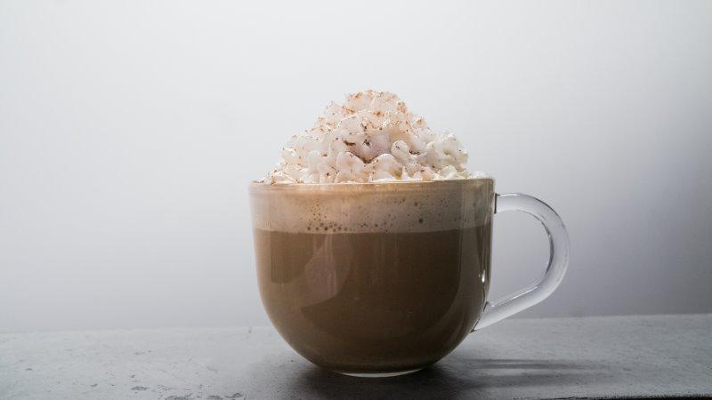 Heiße Schokolade mit Sahne aus einem Sahnespender