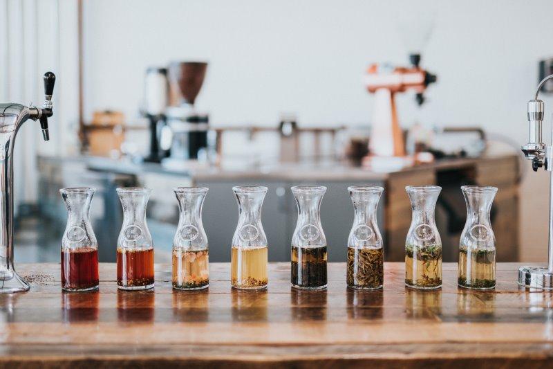 Glaskaraffen mit verschiedenen Getränken