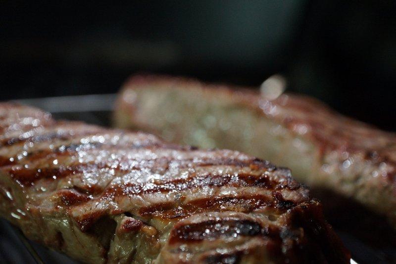 Gasgrill mit Seitenbrenner auf dem Steaks gegrillt werden.
