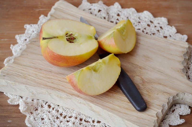 Äpfel mit einem Apfelschneider zu schneiden ist einfacher
