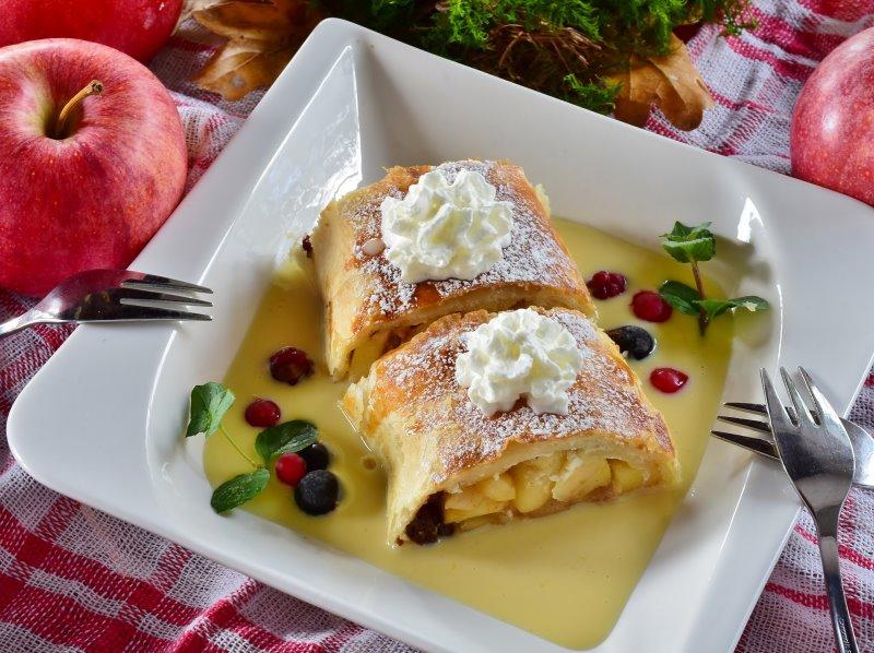 Mithilfe des Apfelschneiders kannst Du Äpfel für den Apfelstrudel vorbereiten