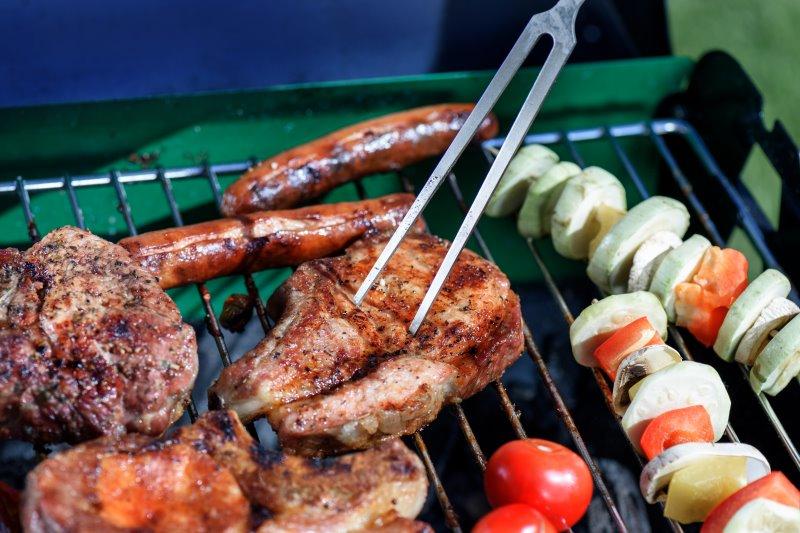 Fleischgabel wird beim Grillen verwendet