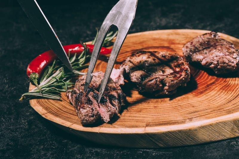 Aufgeschnittenes Steak mit Fleischgabel