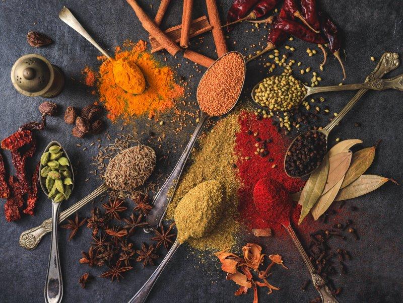 Gewürzvielfalt mit verschiedenen Gewürzen auf Löffeln