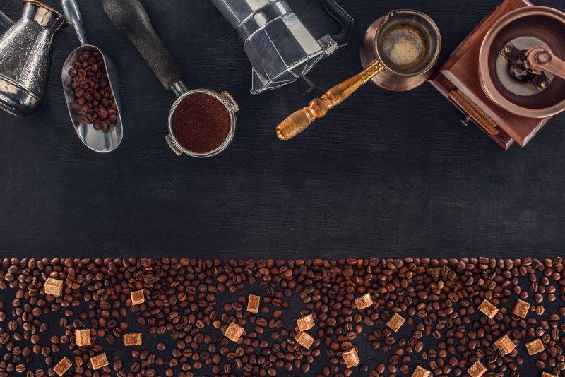 Handkaffeemühle und verschiedene Kaffeebereiter