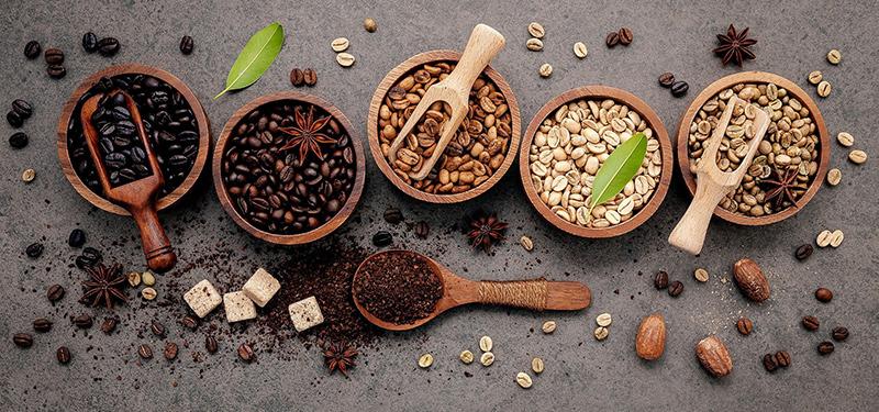 Verschieden geröstete Kaffeebohnen