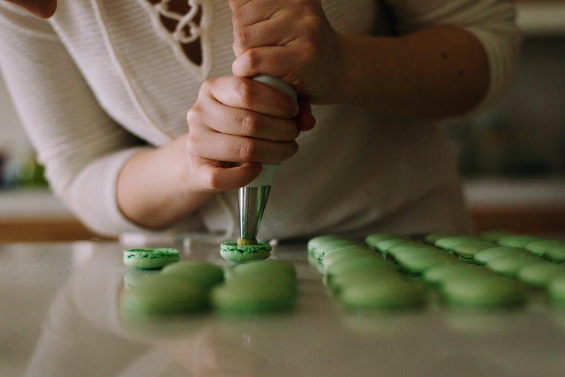 Macarons werden mit einer Spritztülle zubereitet