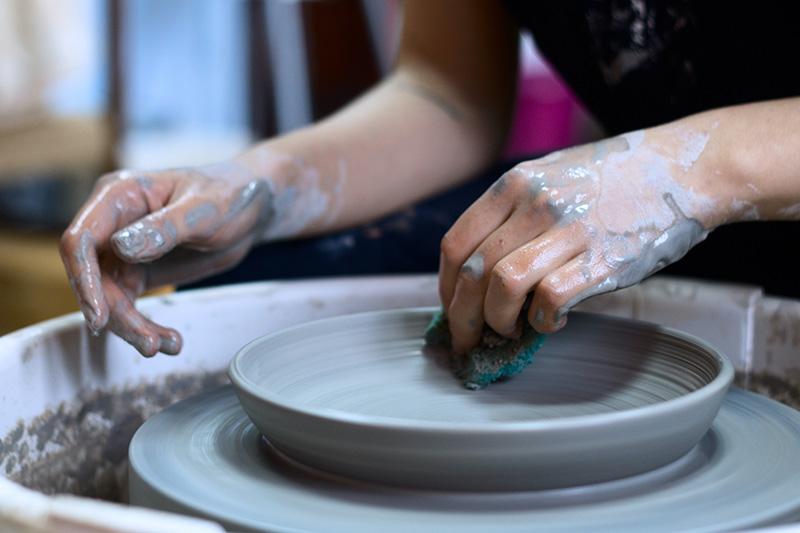 Teller Geschirr töpfern auf einer Drehscheibe