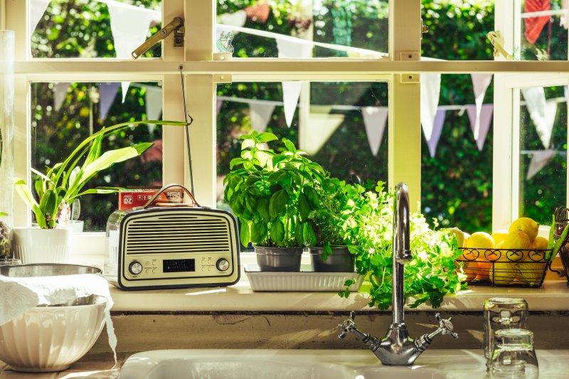 Ein Küchenradio steht auf der Fensterbank